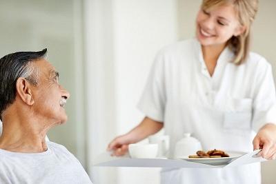 """老龄化问题有多严重?专业护理人员持续""""脱销"""""""