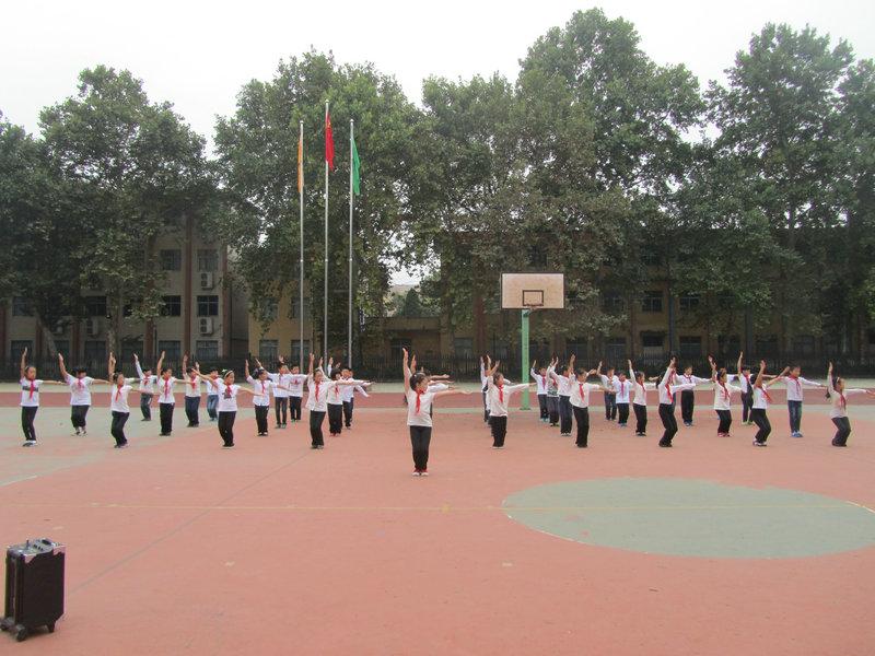 我校举行小学生队列队形·广播操比赛