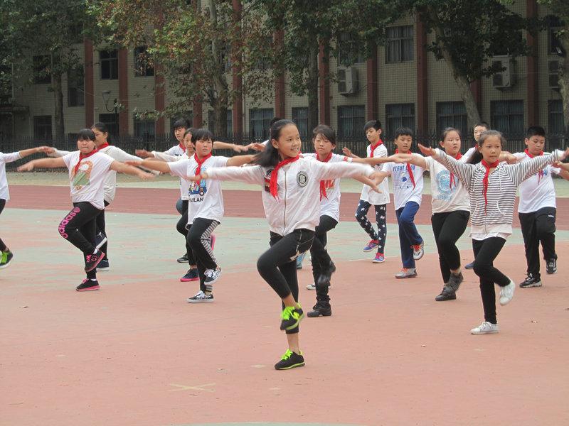 我校举行小学生队列队形·广播操比赛图片