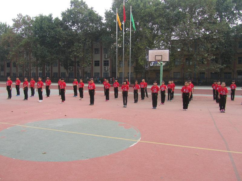 小学生队列队形口号_小学生队列队形训练